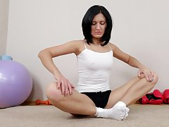 Video of fit of age Gritty Rae spreading her legs roughly masturbate