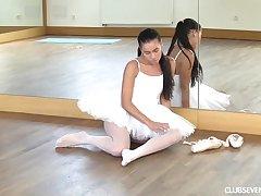 Premiere danseuse masturbating up ahead class