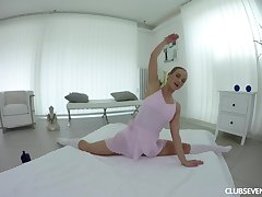 Gorgeous girl Vinna Reed takes off an obstacle clothes and unveils her cunt